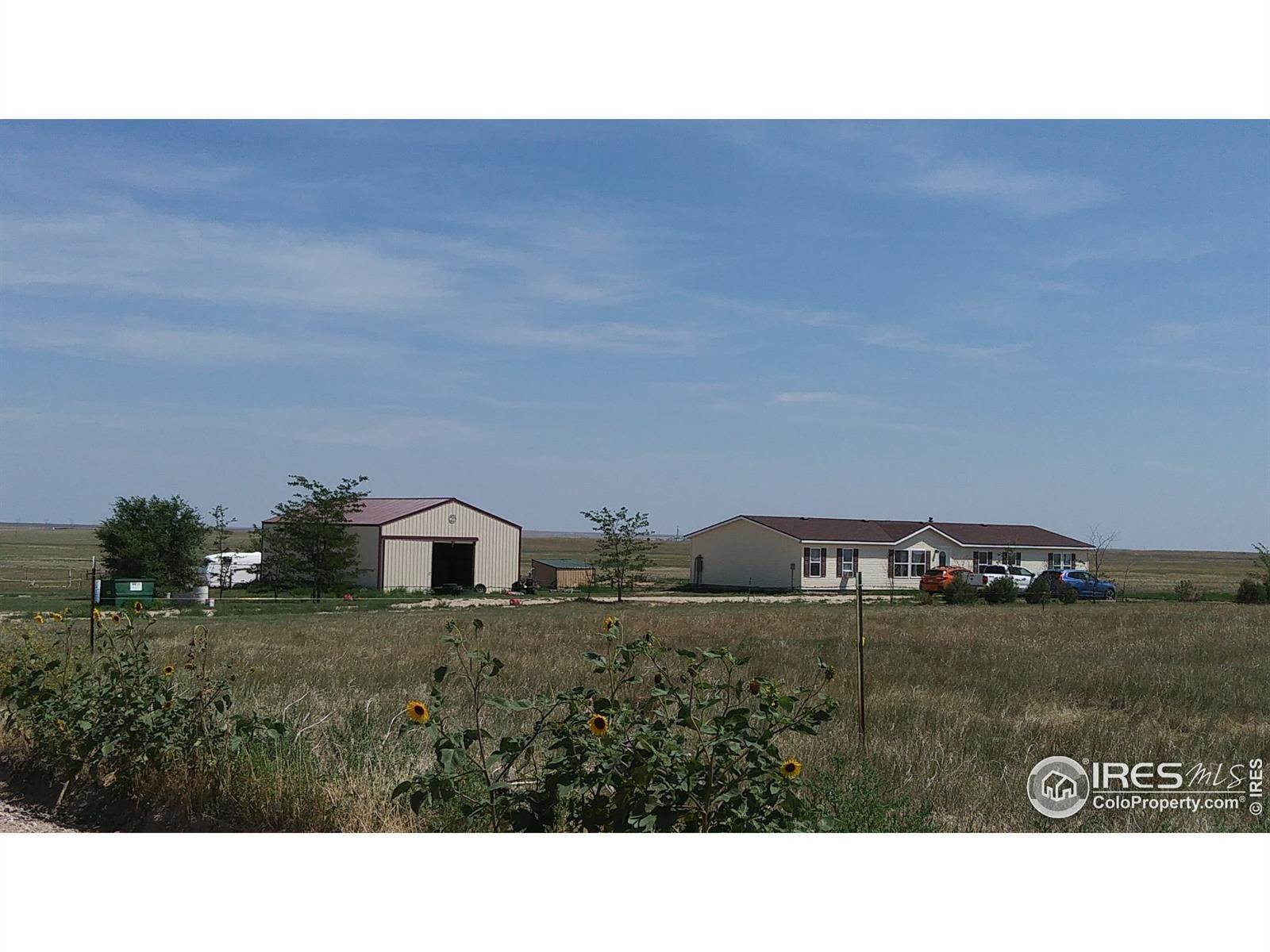 Single Family Homes pour l Vente à 48010 County Road 96 Briggsdale, Colorado 80611 États-Unis