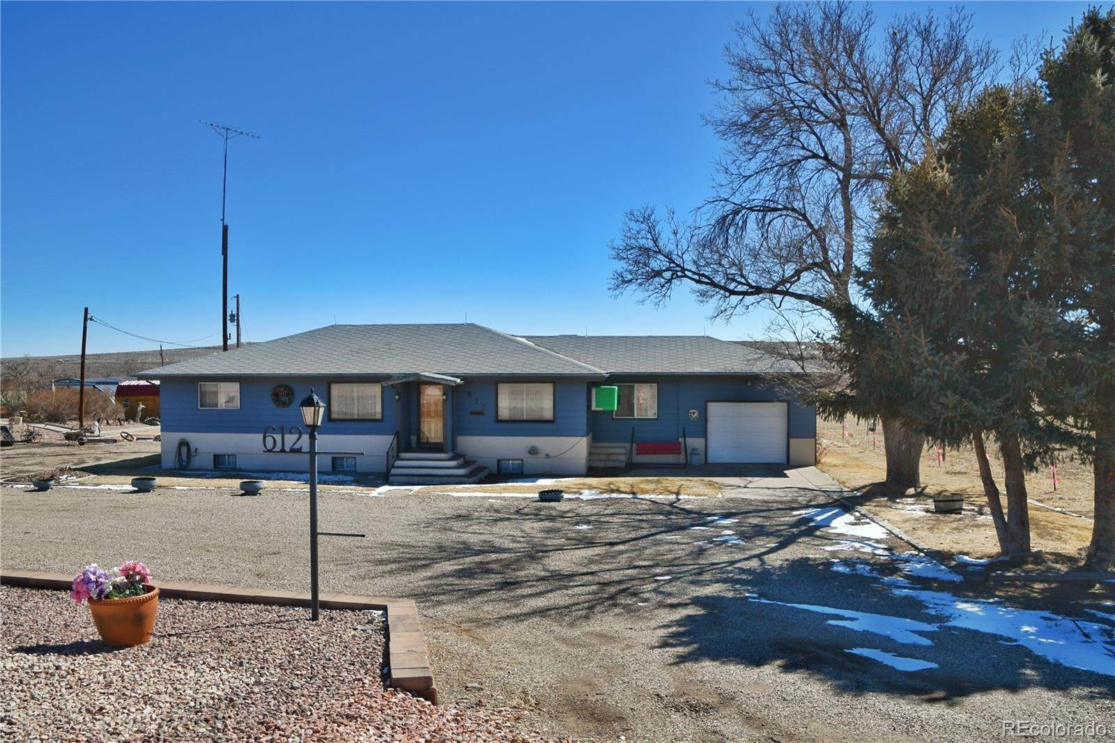 Single Family Homes pour l Vente à 612 State Highway 10 Walsenburg, Colorado 81089 États-Unis