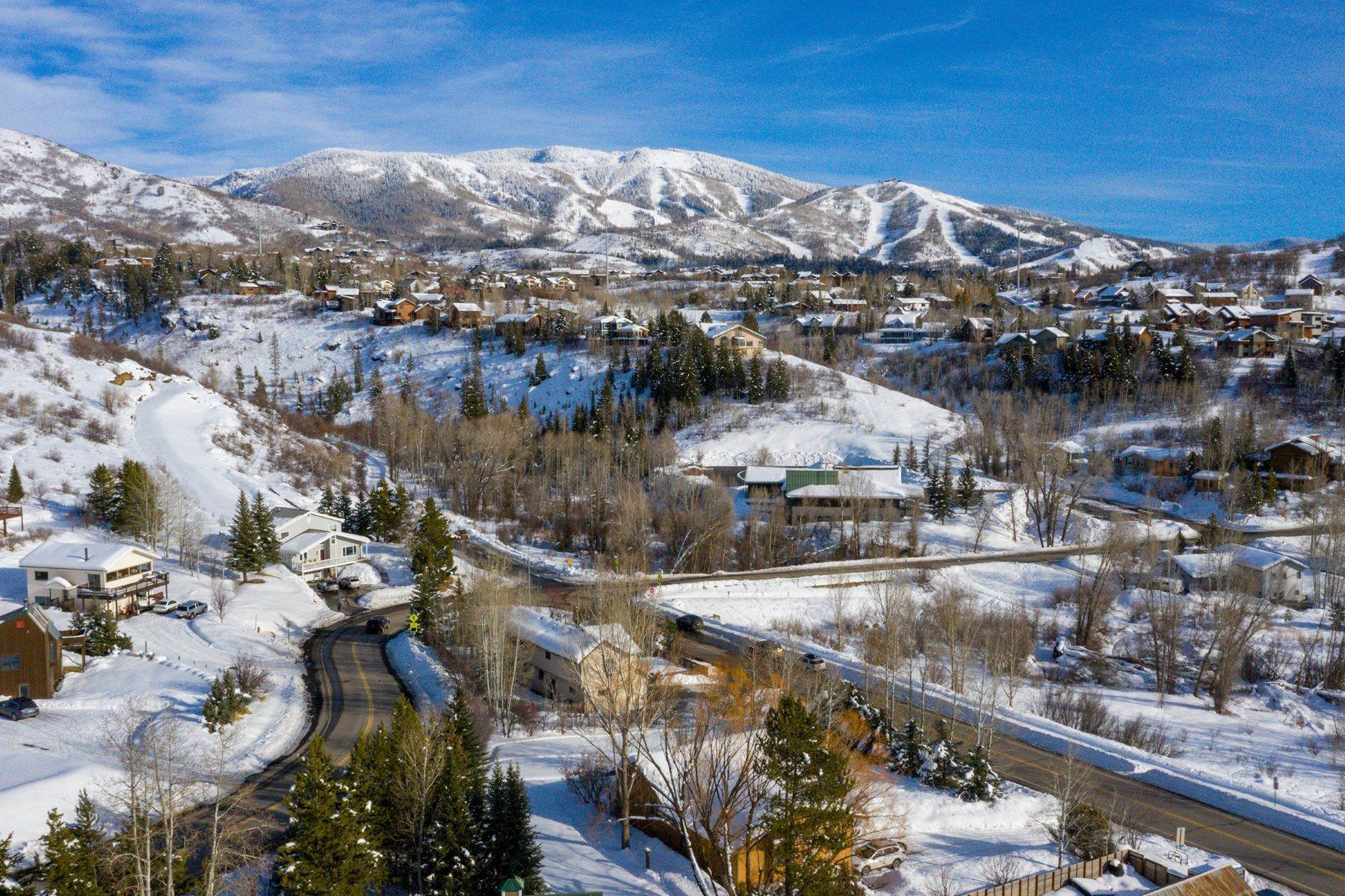26. Single Family Homes for Sale at Ideal Steamboat Home 74 E Maple Street Steamboat Springs, Colorado 80487 United States