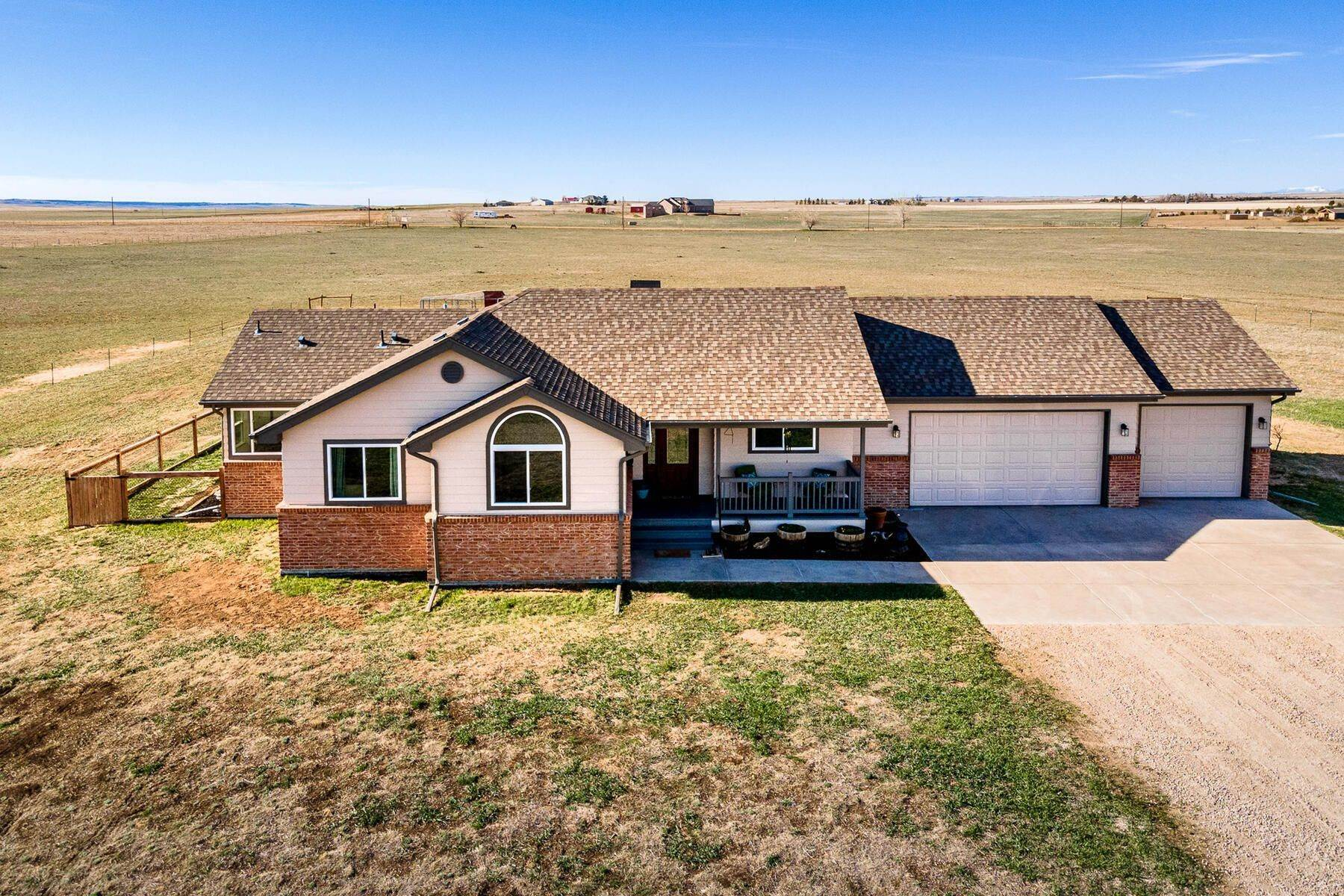 Single Family Homes por un Venta en Beautiful Modern Farmhouse On 36 Acres! 57500 East Co Road 42 Strasburg, Colorado 80136 Estados Unidos
